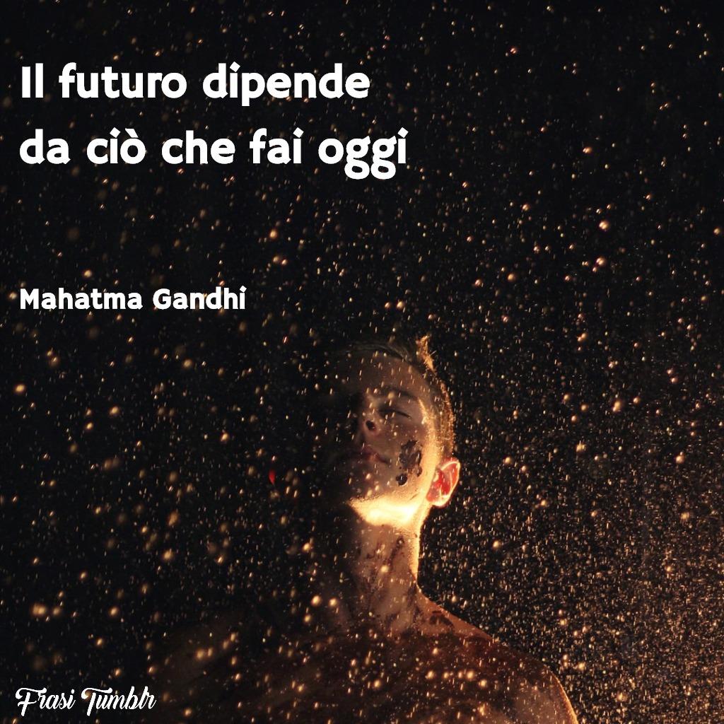 frasi-sagge-anno-nuovo-futuro-ciò-fai-oggi-gandhi-1024x1024
